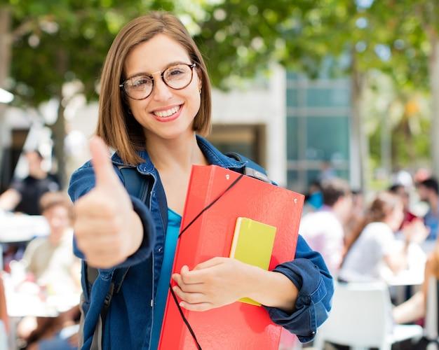 Jeune femme bien signe à l'université