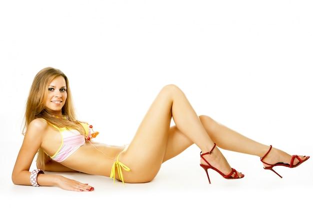 Jeune femme en bikini isolé sur fond blanc