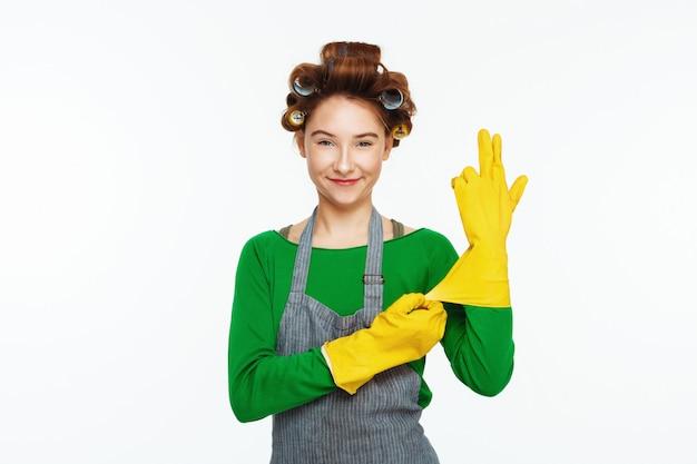 Jeune femme blanche porte des gants et des smoles en caoutchouc yeallow