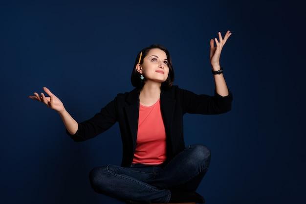 Jeune femme blogueuse ou rédacteur avec un crayon derrière l'oreille à la recherche d'inspiration pour de nouvelles idées