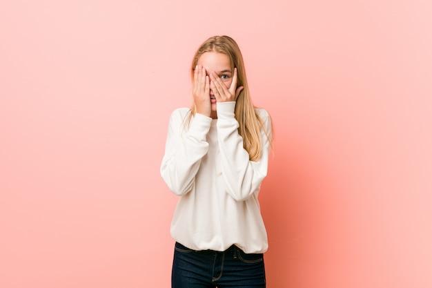 Jeune femme blonde adolescente cligner des yeux effrayé et nerveux.