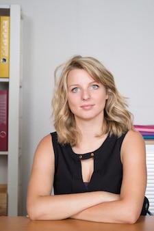 Jeune femme blonde au bureau à la recherche