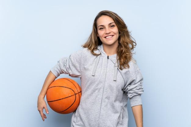 Jeune femme blonde avec une balle de basket