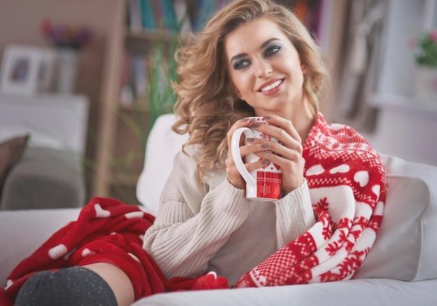 Jeune femme blonde buvant du chocolat chaud