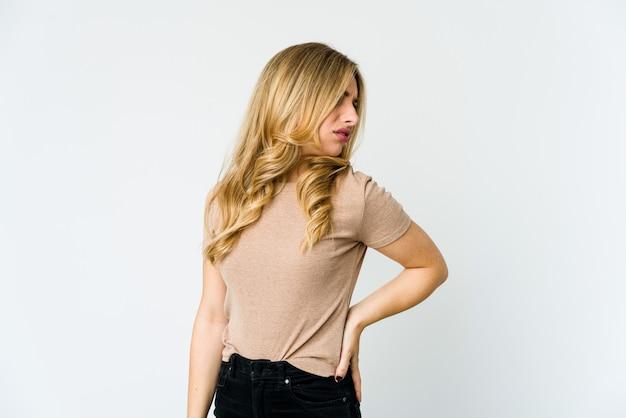 Jeune femme blonde caucasienne souffrant de maux de dos.