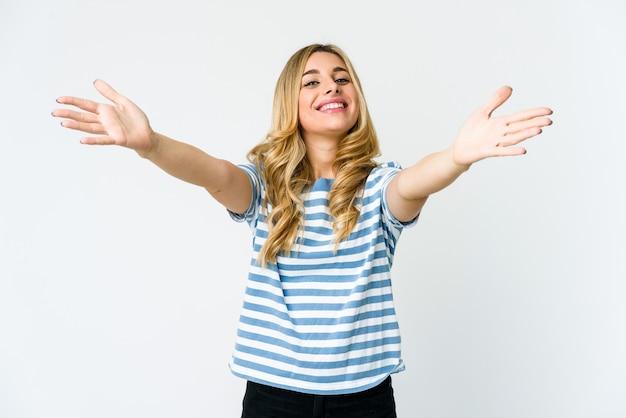 Jeune femme blonde célébrant une victoire ou un succès, il est surpris et choqué