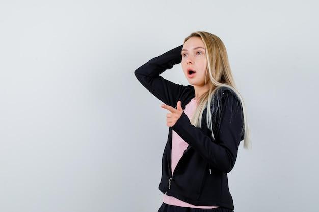 Jeune femme blonde charmante isolée