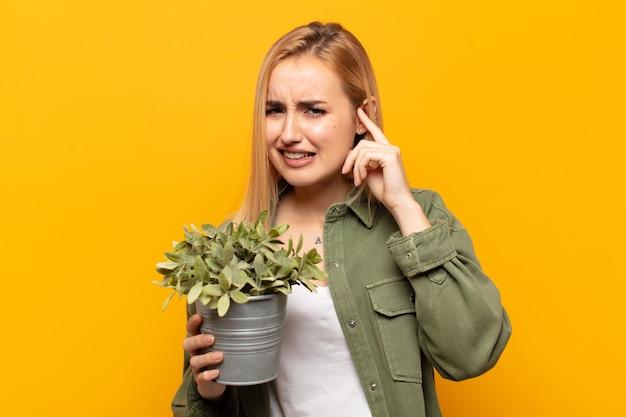 Jeune femme blonde à la colère