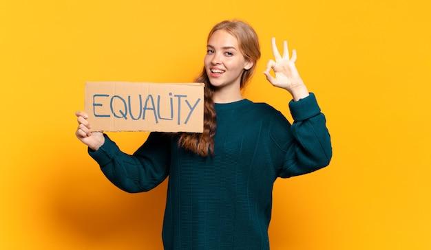 Jeune femme blonde. concept d'égalité et de pouvoir des filles