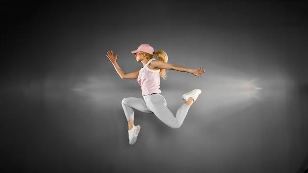 Jeune femme blonde avec un corps en forme de saut
