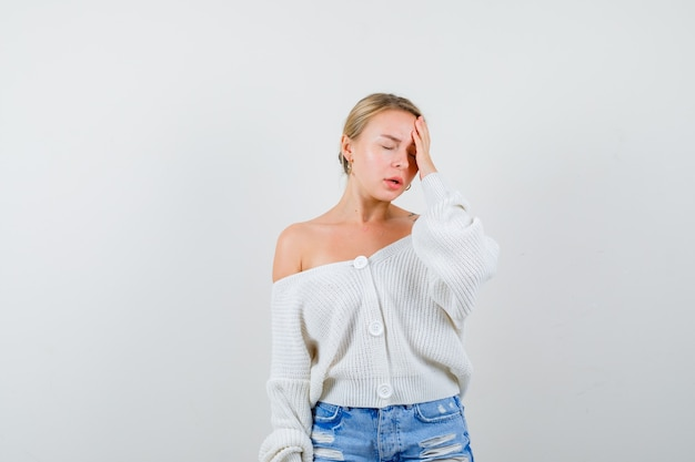 Jeune femme blonde dans un cardigan blanc