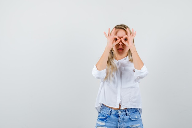 Jeune femme blonde dans une chemise blanche