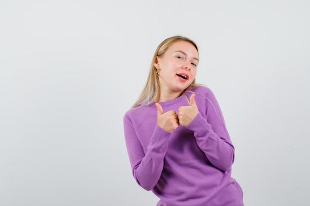 Jeune femme blonde dans un pull violet