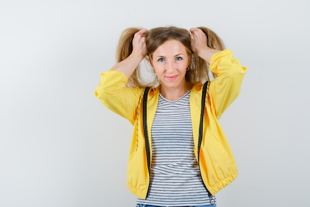 Jeune femme blonde dans une veste jaune