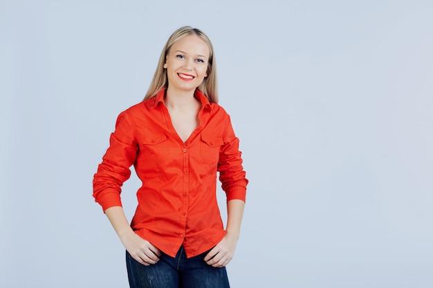 Jeune femme blonde dans des vêtements décontractés avec émotion positive