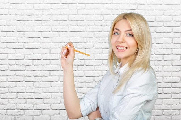 Jeune femme blonde écrivant l'écran tactile