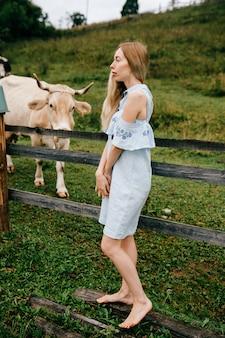 Jeune femme blonde élégante séduisante en robe romantique bleue