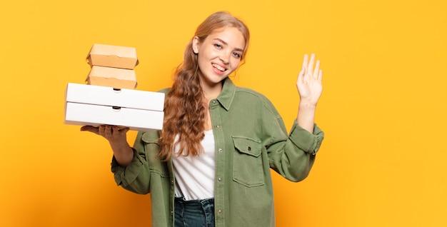 Jeune femme blonde enlevant la restauration rapide