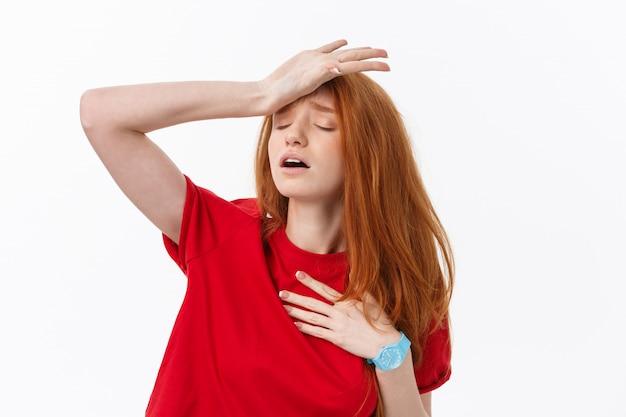 Jeune femme blonde européenne stressée regardant la caméra isolé sur blanc