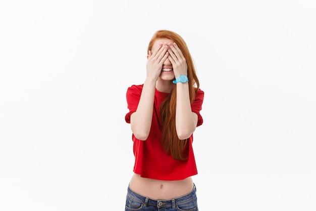 Jeune femme blonde européenne stressée regardant la caméra isolée sur fond blanc.