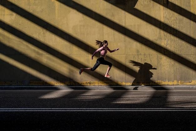 Jeune femme blonde fit sauter dans la rue