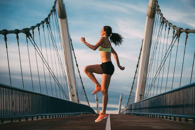 Jeune femme blonde fit sauter sur le pont
