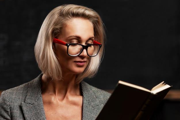 Jeune femme blonde à lunettes