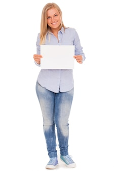 Jeune femme blonde montrant du papier