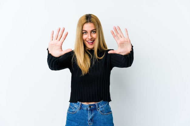 Jeune femme blonde montrant le numéro dix avec les mains.