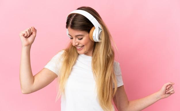 Jeune femme blonde sur musique d'écoute isolée et danse