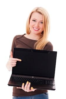 Jeune femme blonde pointant sur son ordinateur portable