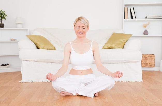 Jeune femme blonde, pratiquer le yoga