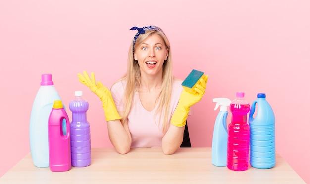 Jeune femme blonde se sentant heureuse, surprise de réaliser une solution ou une idée. concept de femme de ménage