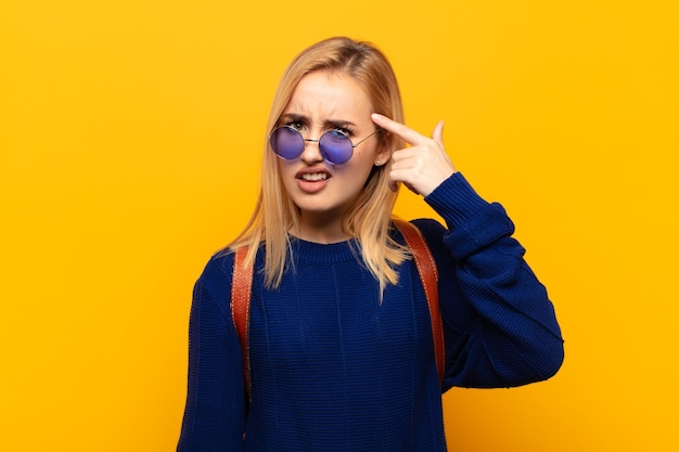 Jeune femme blonde se sentir confus et perplexe