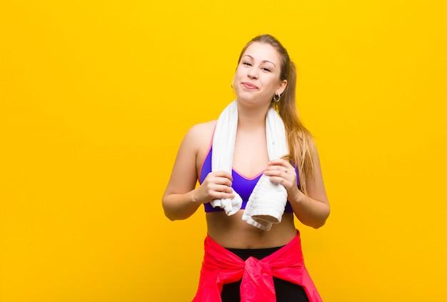 Jeune femme blonde avec une serviette. concept sportif