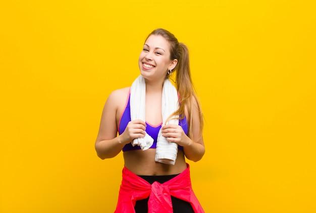 Jeune femme blonde avec une serviette.
