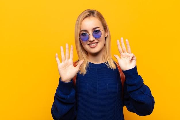 Jeune femme blonde souriante et à la recherche amicale