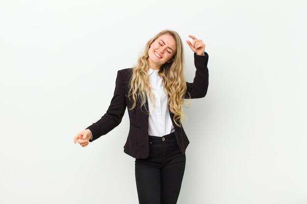 Jeune femme blonde souriante, se sentant insouciante, détendue et heureuse