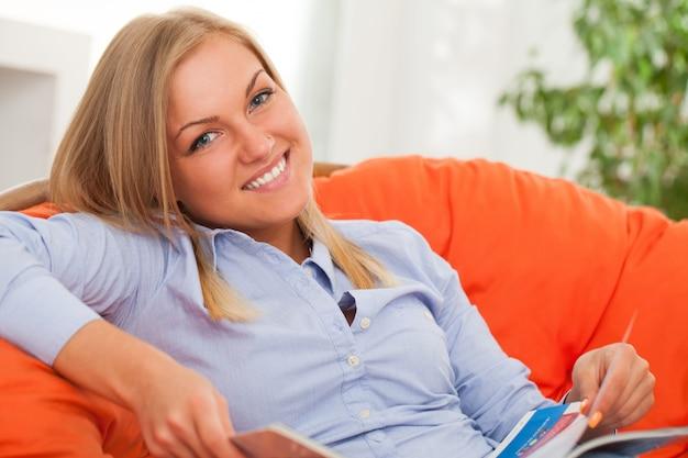 Jeune femme blonde souriante