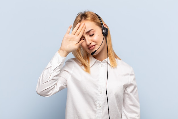 Jeune femme blonde à la stressée, fatiguée et frustrée, séchant la sueur du front, se sentant désespérée et épuisée
