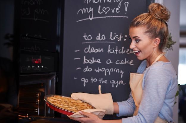 Jeune femme blonde tenant une tarte
