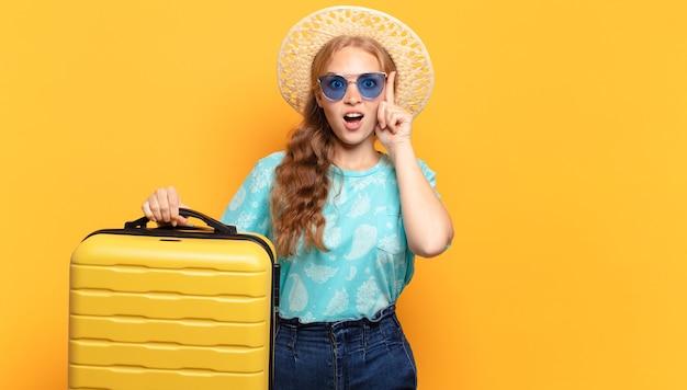 Jeune femme blonde. vacances ou concept de voyage