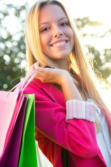 Jeune femme blonde à la ville