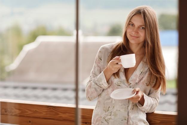 Jeune, femme, boire, café, balcon