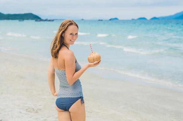 Jeune femme, boire, lait coco, sur, plage