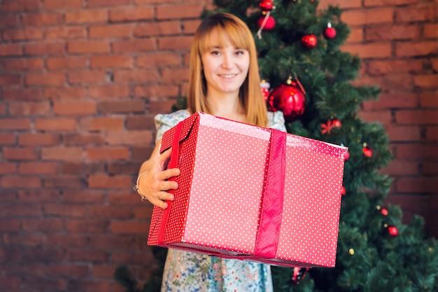 Jeune femme, à, boîte cadeau