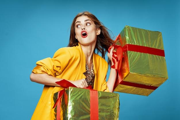 Jeune femme avec des boîtes de cadeaux dans ses mains