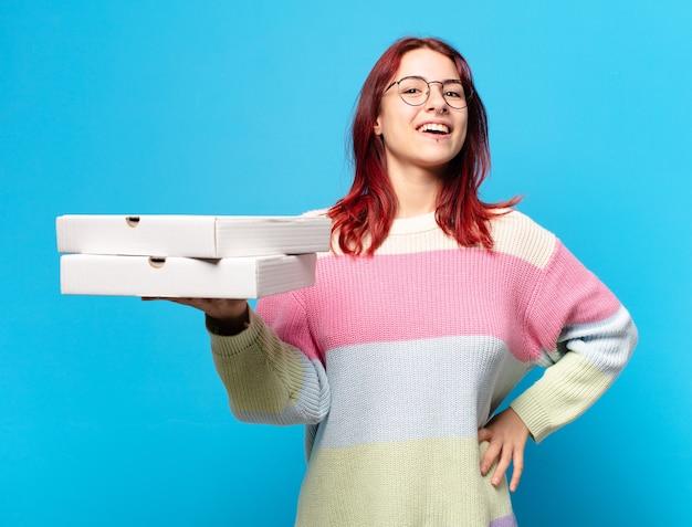 Jeune femme avec des boîtes de pizza à emporter