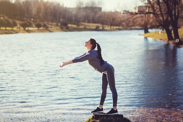 Jeune femme en bonne santé fait des exercices d'étirement