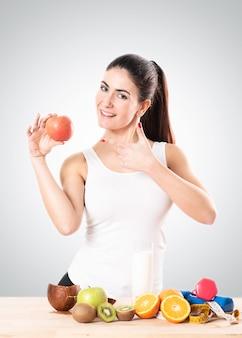 Jeune femme en bonne santé mangeant une pomme. concept d'alimentation saine.